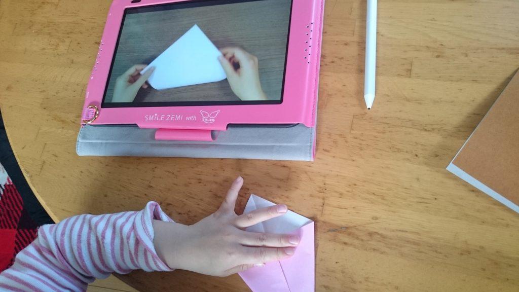 娘はピンク、私は茶色の折り紙です